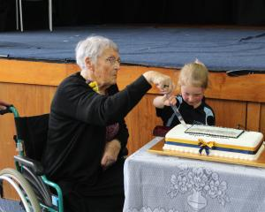 Former teacher Melva Bradshaw (85) and Milton Primary School's youngest pupil Liv Schiller (5)...