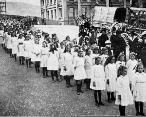 School children assembled in the Octagon for a procession on Daffodil Day, October 6, 1916. -...