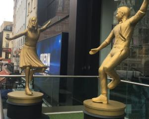 Golden statues of Emma Stone and Ryan Gosling's characters from 'La La Land' were erected ahead of the Oscars in a London square. Photo: Twitter