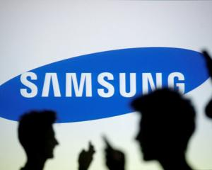 Samsung's smartphone market share dropped to 17.7% in the fourth quarter, while Apple's rose to...