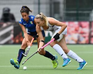 Liz Thompson (R) of New Zealand and Lara Oviedo (L) of Italy during the Fintro Hockey World...