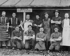 Cookhouse staff of the 28th Reinforcements at Trentham. — Otago Witness, 25.7.1917.