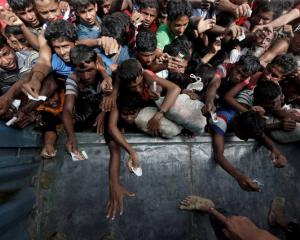 Rohingya refugees wait to receive aid in Cox's Bazar. Photo: Reuters