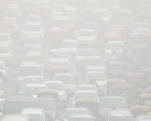 Vehicles drive through heavy smog in Delhi. Photo: Reuters