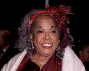 Actress Della Reese poses with the Image Award after her win in 2000. Photo: Reuters