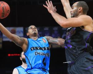 Breakers guard Edgar Sosa lays the ball up on Kings big man Perry Ellis. Photo: Getty Images