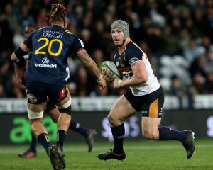 Highlanders flanker Elliot Dixon lines up the Brumbies' David Pocock. Photo: Getty
