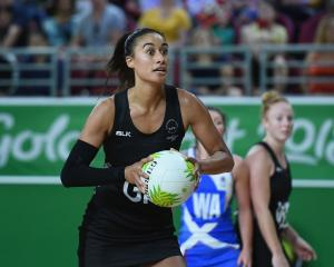 Maria Folau looks to pass the ball for the Silver Ferns against Scotland. Photo: Getty Images