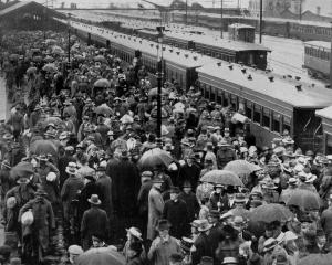 An enthusiastic reception at the Dunedin railway station for soldiers who returned by the Briton...