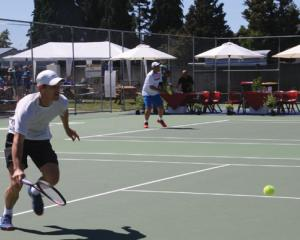 IMG 3665: Finn Tearney (foreground) inaction in match against Kiranpal Pannu on the first day (28...