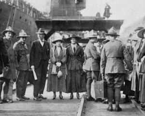 Returning soldiers who arrived on the Athenic, on Wellington wharf with their brides. - Otago...