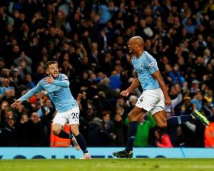 Manchester City's Vincent Kompany (R) celebrates his goal. Photo: Reuters