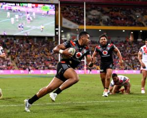 David Fusitu'a runs in to score for the Warriors against the Dragons. Photo: Getty