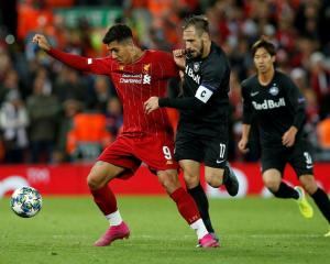 Liverpool's Roberto Firmino vies (L) for the ball with Salzburg's Andreas Ulmer. Photo: Reuters