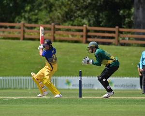 Nick Kelly watches his shot for Otago. Photos: Linda Robertson