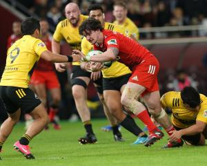 Kobe's Richard Buckman on his way to score a try against Suntory in Kobe in January. PHOTO: GETTY...