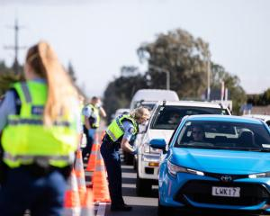 A police road block south of Auckland. Photo: RNZ / Dan Cook