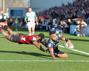 Highlanders winger Jona Nareki scores a try ahead of opposite Sevu Reece at Orangetheory Stadium...