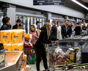 Crowds rush to Countdown supermarket in Grey Lynn, Auckland. Photo: RNZ