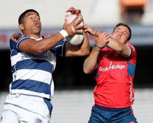 Auckland's Salesi Rayasi and Tasman's Mitchell Hunt go for a high ball. Photo: Getty Images