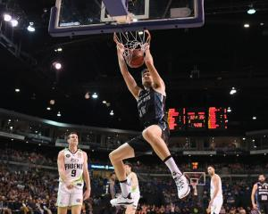 Rob Loe slam dunks the ball for the Breakers last season. Photo: Getty Images