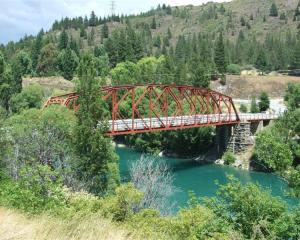 Head over the Clyde bridge towards Earnscleugh to find Fruitgrowers Rd, which leads to Burton...