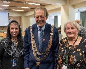 Pania Coote (left) with mayor Tim Shadbolt and Evelyn Cook. PHOTO: LUISA GIRAO