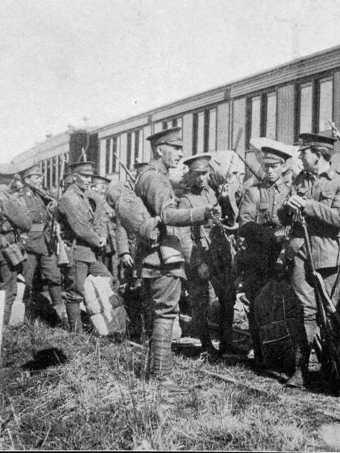 Infantry entraining at Musselburgh, Dunedin, en route to embarkation at Port Chalmers. - Otago...