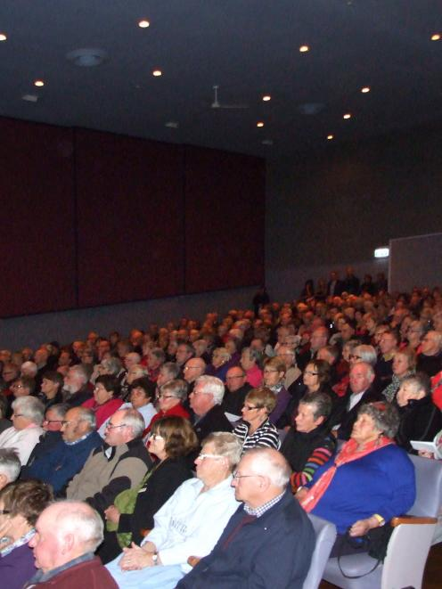 A 1000-strong crowd gave a unanimous vote of confidence in Central Otago Health Services Ltd last...