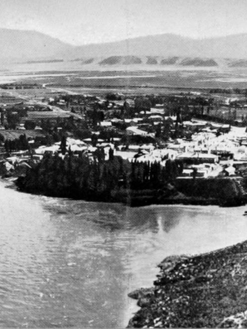 A panorama of Alexandra in 1912, showing the Molyneux River and Dunstan Flat on the left and the...
