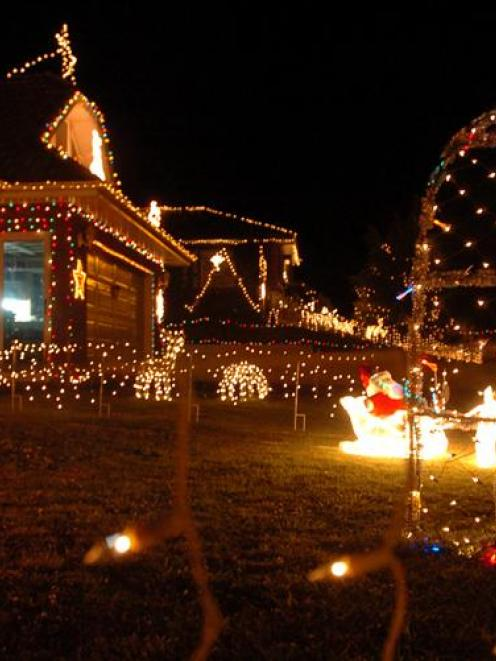 One Story House Christmas Lights.Festive Lightshows Tradition Dimming Otago Daily Times