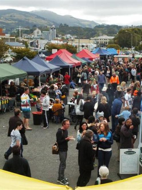 Crowds throng the Otago Farmers Market at Dunedin Railway Station. Photo by Gerard O'Brien.