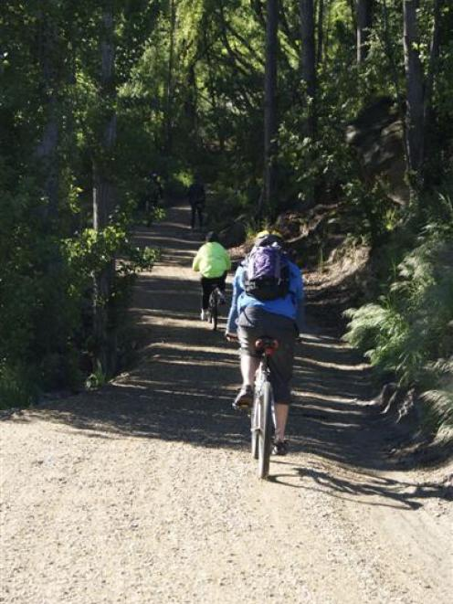 Cyclists explore the Roxburgh Gorge trail. Photo by Sarah Marquet.