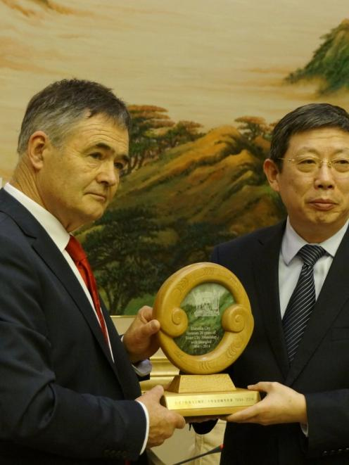 Dunedin Mayor Dave Cull presents a pounamu, kauri and rimu carving to Shanghai Mayor Yang Xiong...