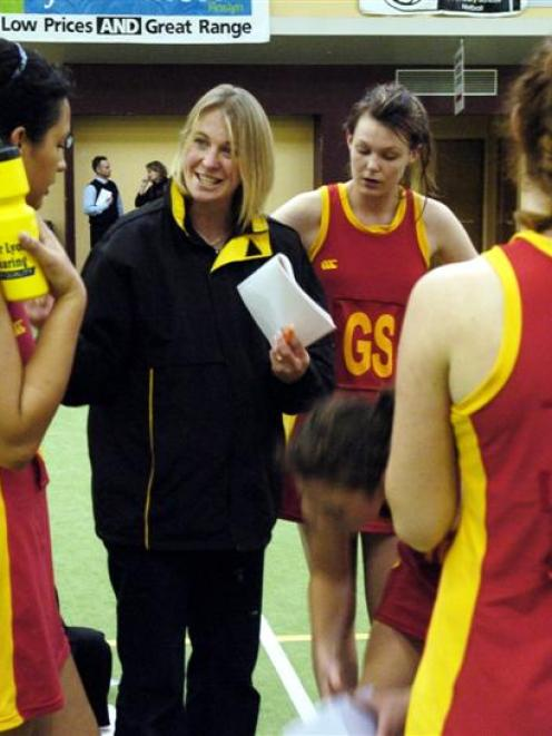 Former Otago netballer Camille O'Connor gives Dunstan High School players some instructions...