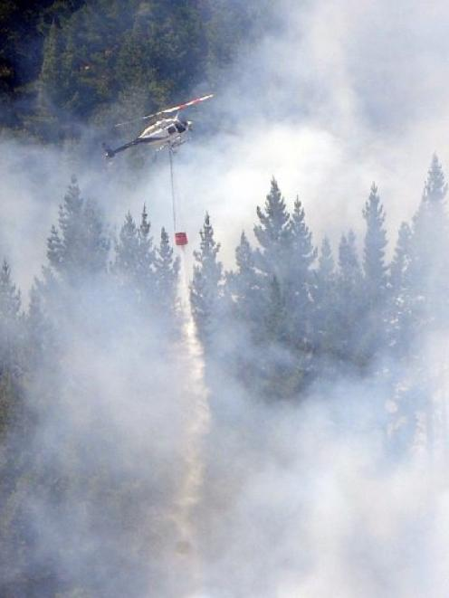 Helicopters with monsoon buckets fight the Mt Allan Wenita forest fire. Photo by Peter McIntosh
