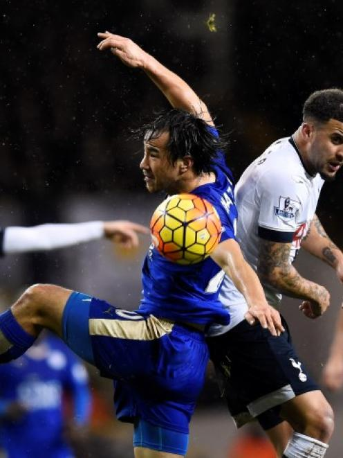 Leicester City's Shinji Okazaki (L) in action with Tottenham's Kyle Walker. Photo Reuters