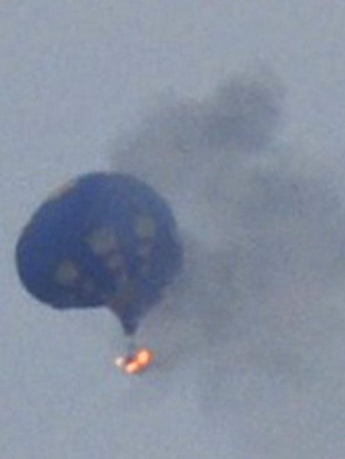 Lynn Shultz captured this photo of the hot air balloon on fire. REUTERS/Lynn Shultz