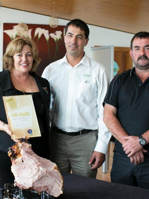 NZ Pork chairman Ian Carter (centre) with Sue and Gus Morton, winners of the 100% New Zealand...