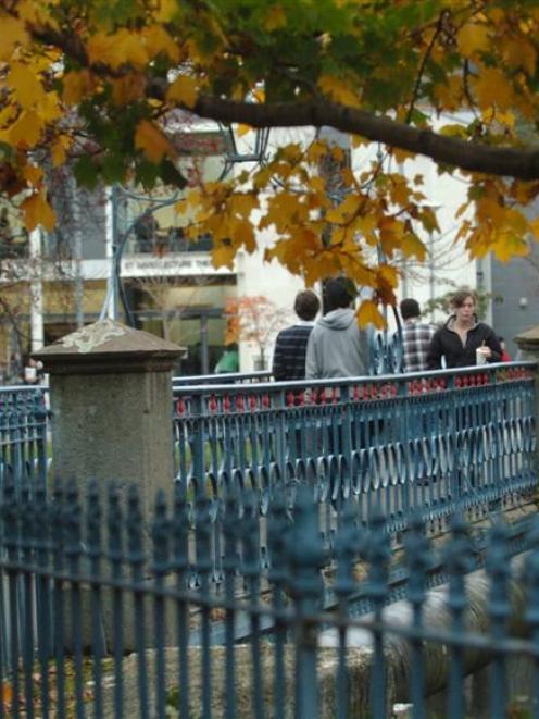 Pedestrians cross the University of Otago's St David St footbridge. Photo by Peter McIntosh.