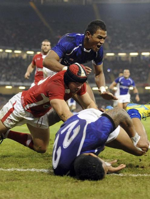 Samoa's Johnny Leota dives to score a try against Wales. REUTERS/Rebecca Naden
