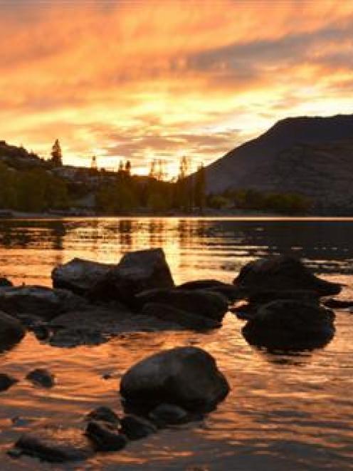 Sunrise on Lake Wakatipu. Photo by ODT.