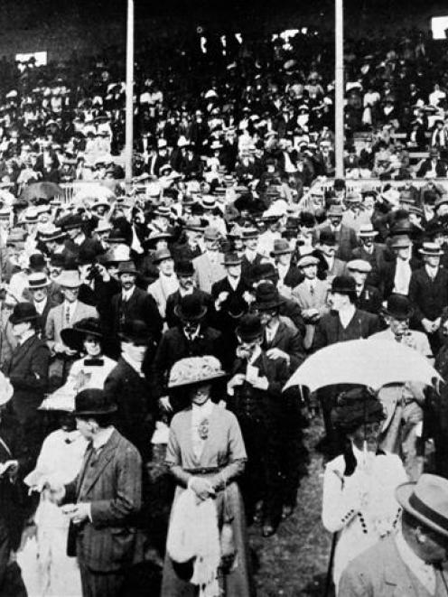 The crowd at Wingatui for the Dunedin Jockey Club's Autumn meeting on February 19, 1913. - Otago...