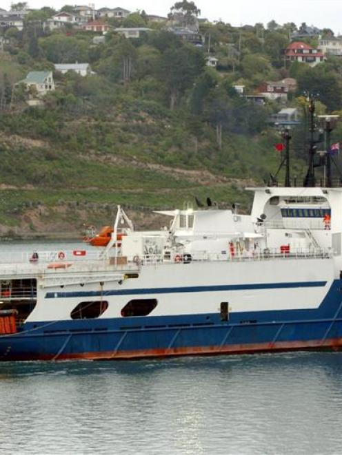 The oil survey ship Discover 2 arrives in Dunedin to take on fuel before looking for gas and oil...