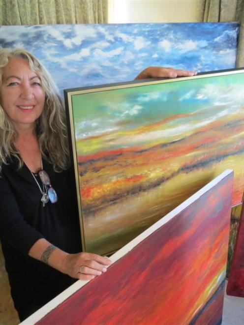 West Australian professional artist Sue Hartley introduces herself to the Wakatipu art community...