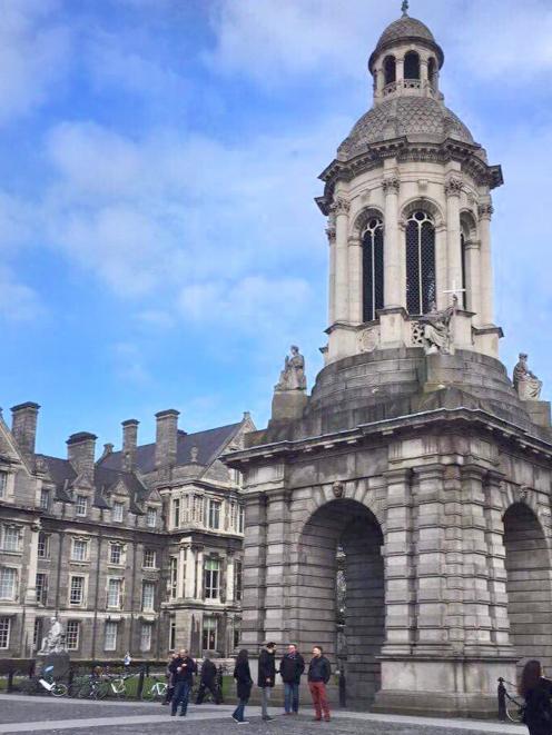 三一学院钟楼钟楼。