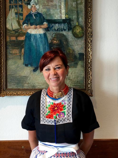 每个星期天,女服务员Anja都穿着传统的Volendam连衣裙。