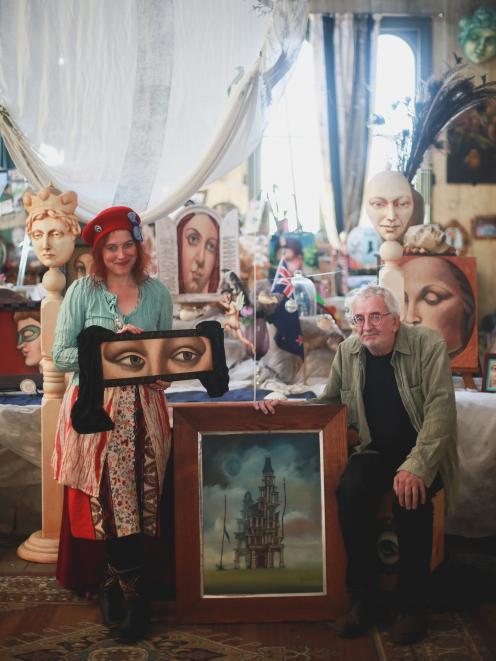 Oamaru艺术家Donna Demente和Watts Davies正在拍卖他们的作品以筹集资金......