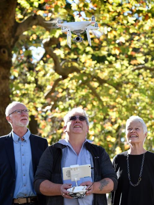 高级企业家网络成员Neill Glover(中)展示他的无人机技术......