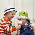 Cypress (2) and Sequoia (1) Hardisty share an ice cream on a hot summer day in Roxburgh. Photo by Stu Hardisty.